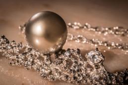 Pendente in oro bianco 18 kt con lavorazione particolare ispirata alla granulazione etrusca, tempestato di diamanti e con perla grigia tahitiana.