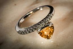 Anello in oro bianco 18 kt con zaffiro giallo centrale e diamanti laterali.