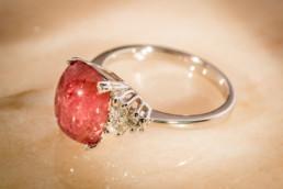 Anello in oro bianco 18 kt con diamanti bianchi laterali e tormalina rosa cabochon.