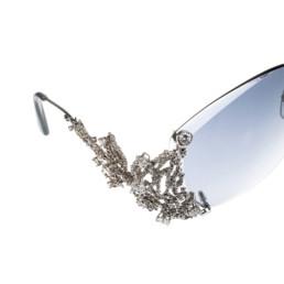 Dettaglio del lato destro di un paio occhiali in oro bianco e diamanti